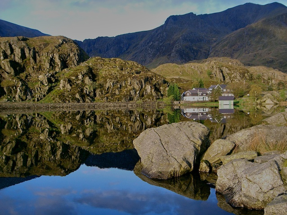 Llun o lyn a mynyddoedd | A picture of a lake and mountains